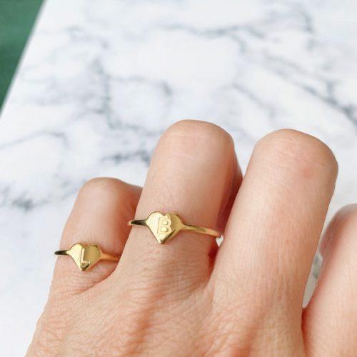 ring met letter staal goud